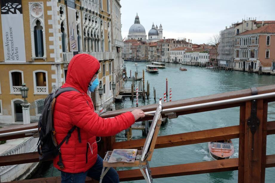 Un homme porte un masque de protection à Venise, en Italie.