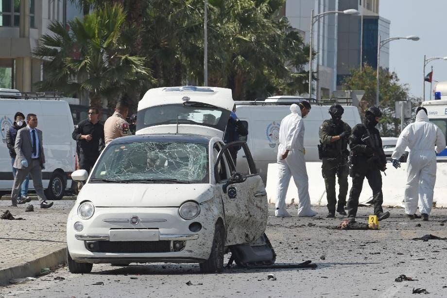 La police et la police scientifique sur les lieux du double attentat suicide à Tunis, le 6 mars 2020