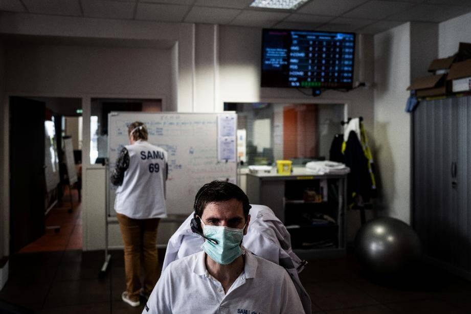 Un membre du personnel soignant répond aux appels d'urgence à l'hôpital Edouard Herriot à Lyon, le 19 mars 2020
