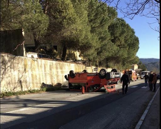 Le mini-bus des sapeurs-pompiers s'est retrouvé sur le toit.