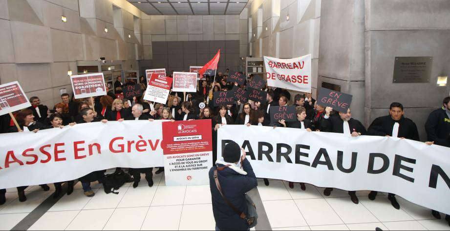 Les avocats des barreaux de Nice et Grasse manifestent ce lundi au palais de justice de Nice.