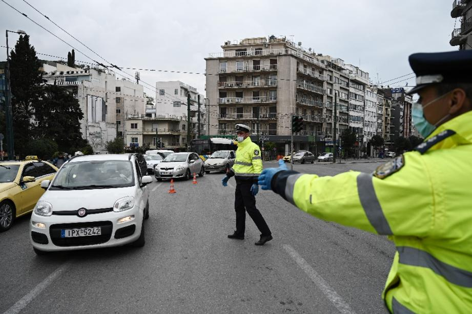 La police grecque contrôle les automobilistes dans les rues d'Athènes le 23 mars 2020