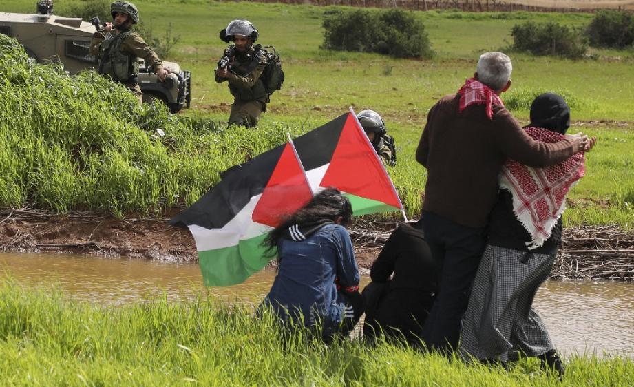Des soldats israéliens visent des manifestants palestiniens protestant contre l'annexion de la vallée du Jourdain, à Tammoun, en Cisjordanie occupée, le 29 février 2020