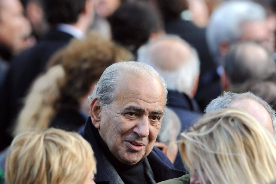 Le journaliste et chroniqueur Pierre Benichou (C), décédé le 30 mars. Photo prise aux obsèques du chanteur Carlos en décembre 2008.