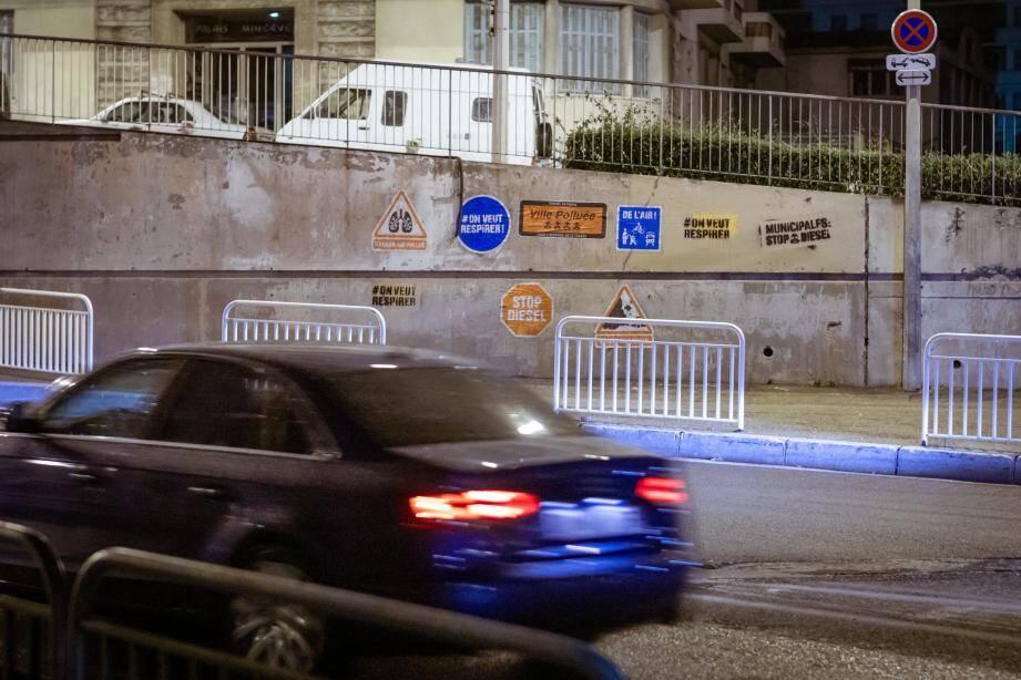 Dans la nuit de samedi à dimanche, les militants de Greenpeace ont collé des affiches contre la pollution automobile à Saint-Philippe et sur la permanence d'un candidat.(DR)