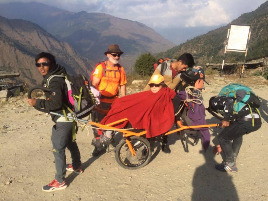 Lors d'un trek au Népal avec le président de l'association Umani Népal Philippe Dejoux.(DR)