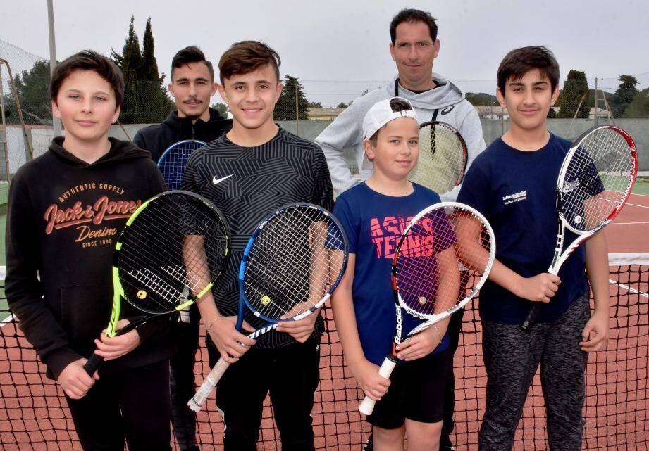 Les jeunes tennismen londais en compagnie de leurs entraîneurs Eric Delcourt et Fabien Baillet...