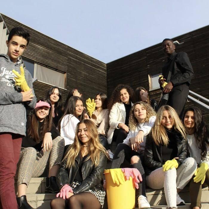 Les élèves de première Accueil prêts pour l'opération « Walking for Dead Waste ».