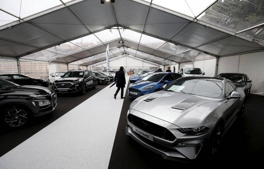 Il n'y avait pas foule, hier, à l'ouverture du 4e Siam, où le public peut notamment découvrir, d'ici dimanche, la première Porsche électrique (photo du haut).