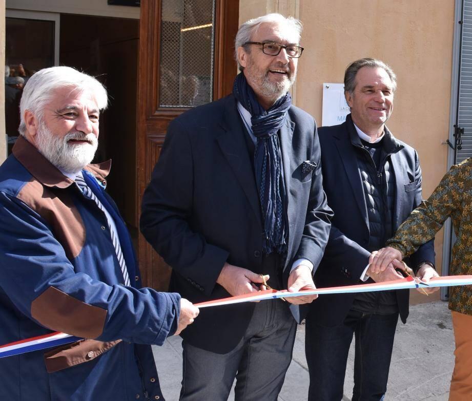 Inauguration des nouveaux locaux du CCAS par le maire Patrick Boré, entouré du président de la Région Renaud Muselier (à droite) et du conseiller départemental Maurice Rey (à gauche).