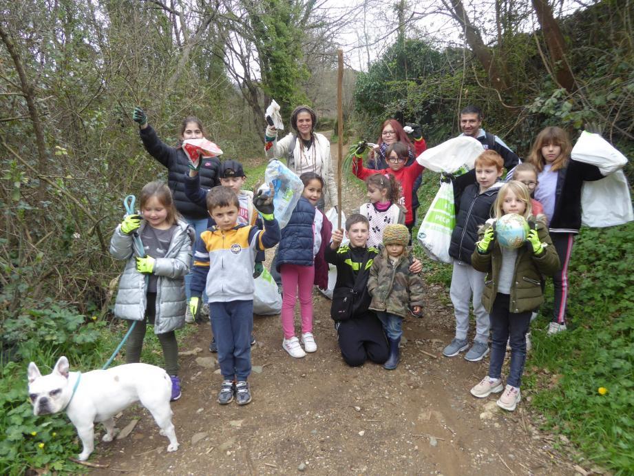 En plus d'avoir fait la découverte de nombre d'espèces de plantes sauvages, les enfants du centre aéré ont récolté de quoi remplir 8 sacs de 50 kilos de déchets dont de nombreux plastiques (à d.).