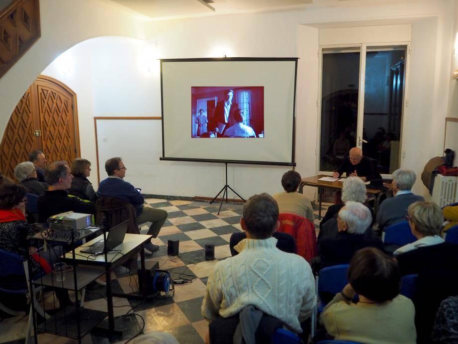 Dernièrement à la villa des Nuraghes, Gérard Estragon a communiqué sa passion du cinéma aux adhérents de l'association Lumières Du Sud.
