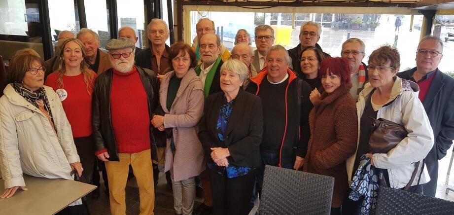 Danielle De March (au centre) a pris avec enthousiasme la tête du comité de soutien à la liste « citoyenne, écologiste, sociale et solidaire » conduite par Guy Rebec (écharpe verte).