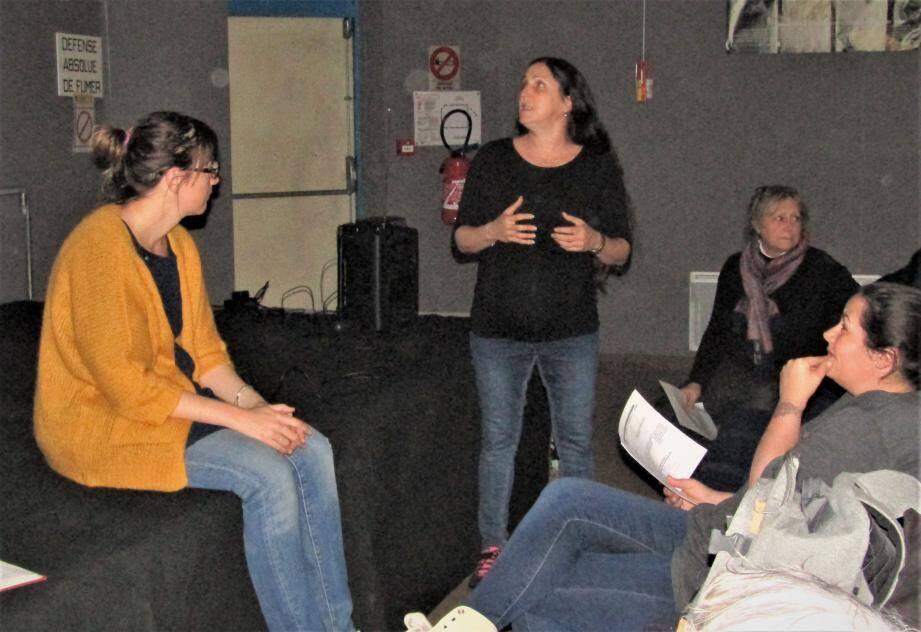 Les membres du collectif présentent les suggestions et souhaits émis par les habitants lors de la réunion initiale.