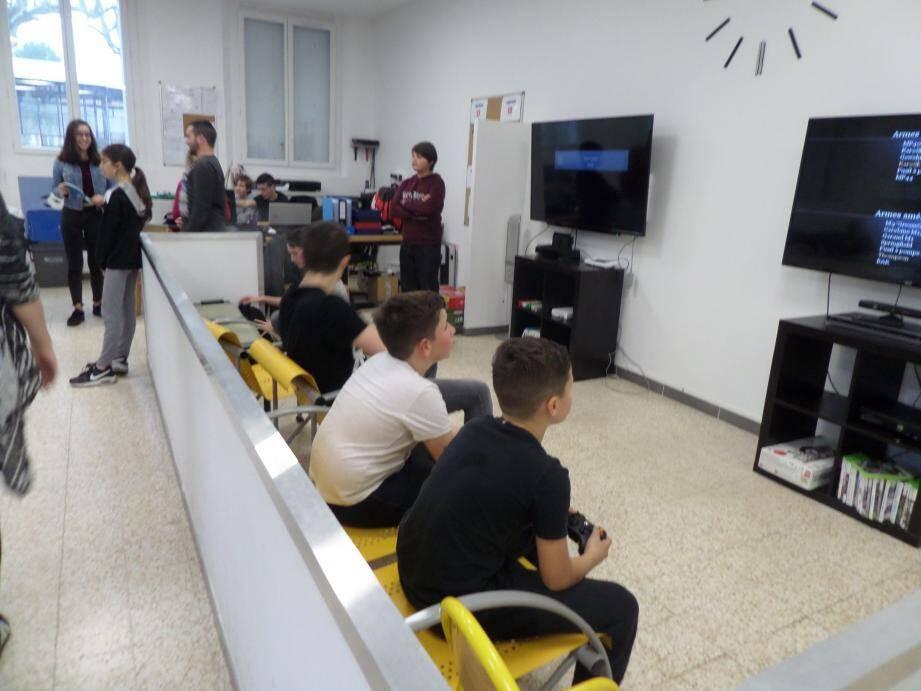 Les adolescents se retrouvent à la maison des jeunes, située près du boulodrome.