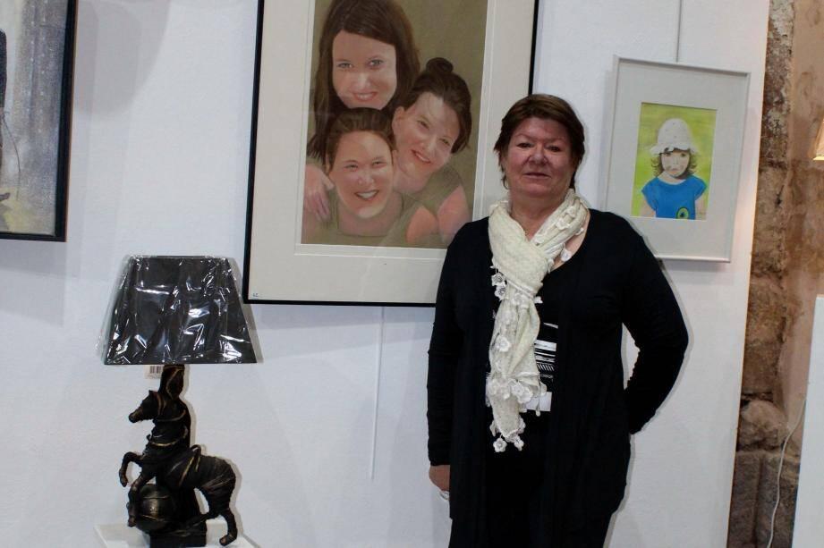 L'artiste devant une de ses sculptures et le portait de ses enfants.