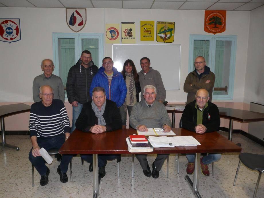 Bernard Jacquet entouré du maire et du conseil d'administration.