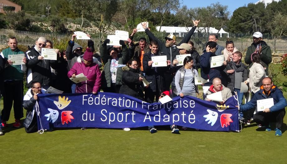Trente licenciés du comité départemental de sport adapté ont découvert le golf sur le practice du Dolce Frégate.