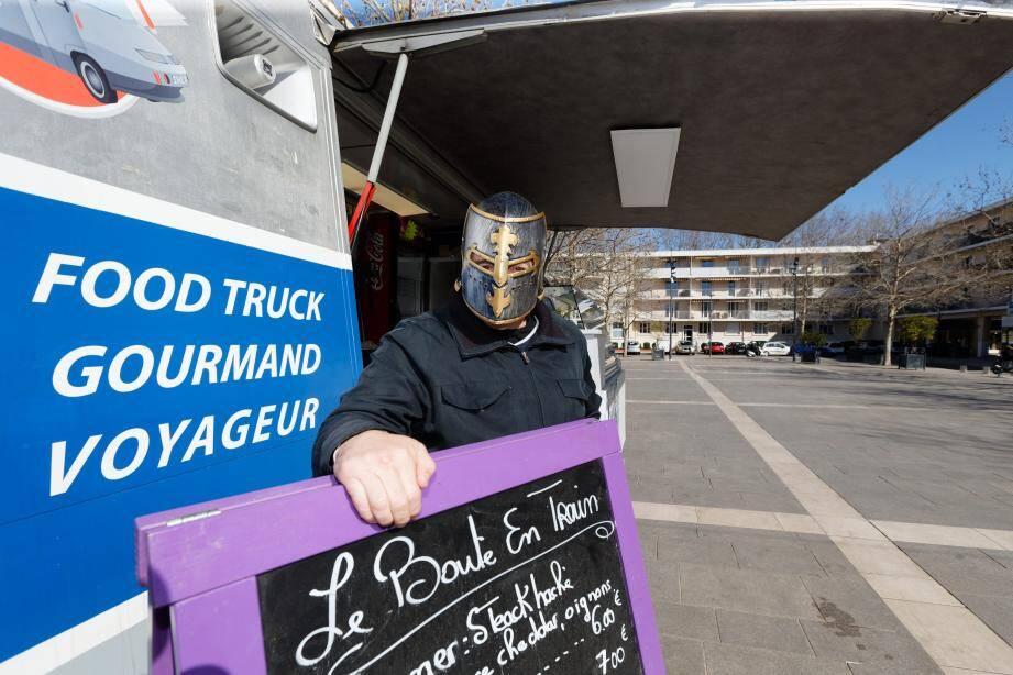 Le patron de ce food truck sur la place des Poilus réagit avec dérision à la pénurie de masques.
