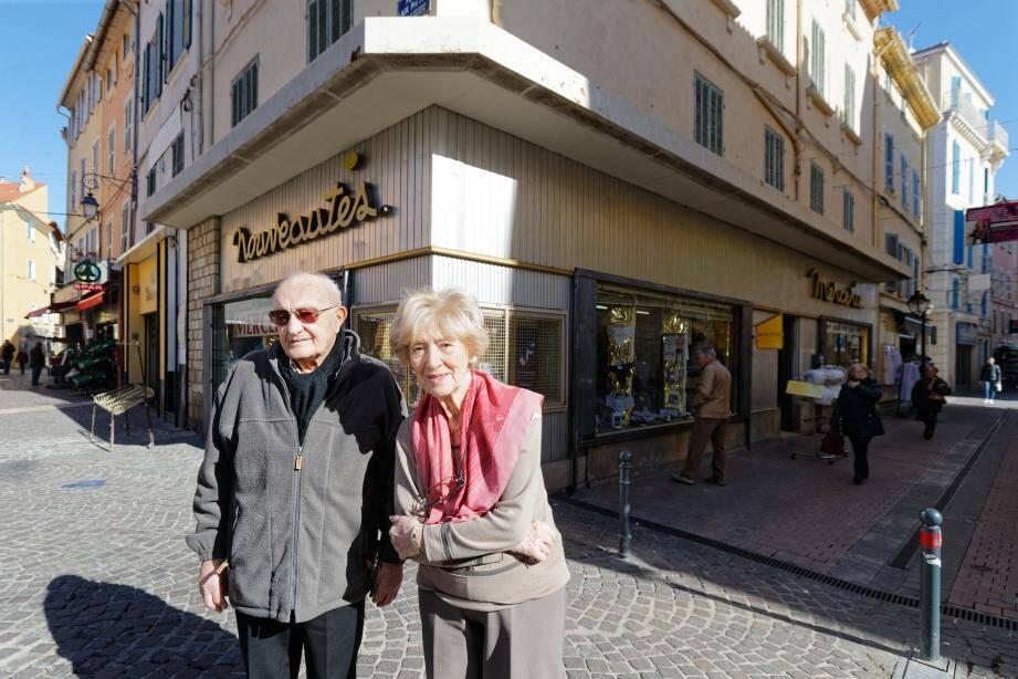 Jean Pelegrin et sa femme Jacqueline devant la mercerie située en bas du cours Louis-Blanc, plus vieux commerce du centre-ville.