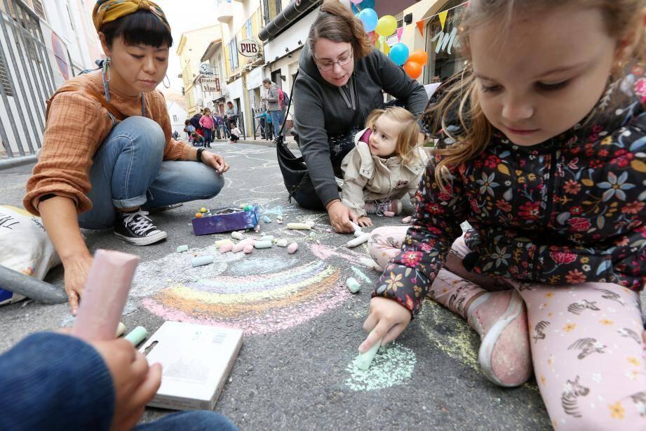 Le 4e festival de la craie se tient aujourd'hui à partir de 10 h entre la place Coullet et les rues adjacentes .
