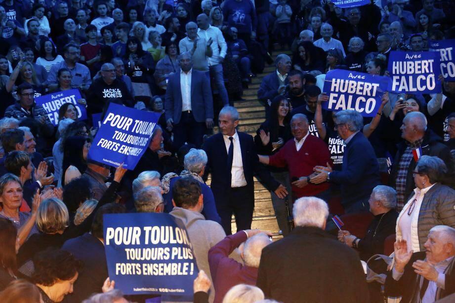 Hubert Falco a fendu la foule pour se rendre sur scène où il s'est appliqué à sortir la tête de la mêlée.