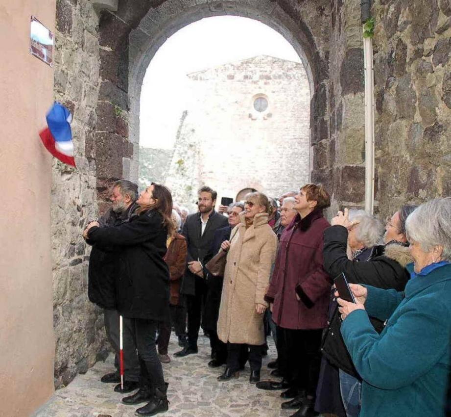 La plaque a été dévoilée par Blandine Monier et Pierre Outerick, de l'association Les Amis de Martha Desrumaux.