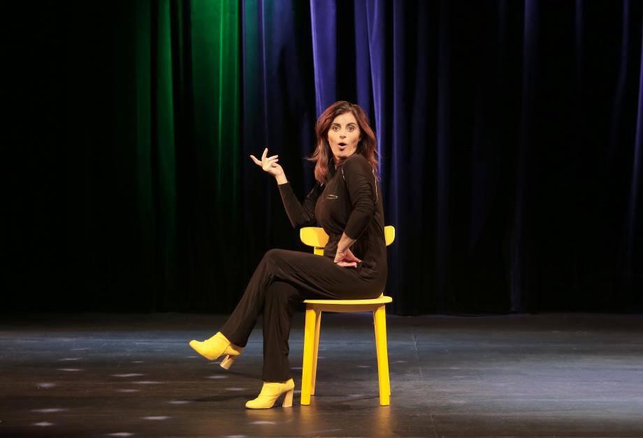 Avec son humour renversant, la Toulonnaise Sandrine Sarroche va vous mettre sens dessus dessous !