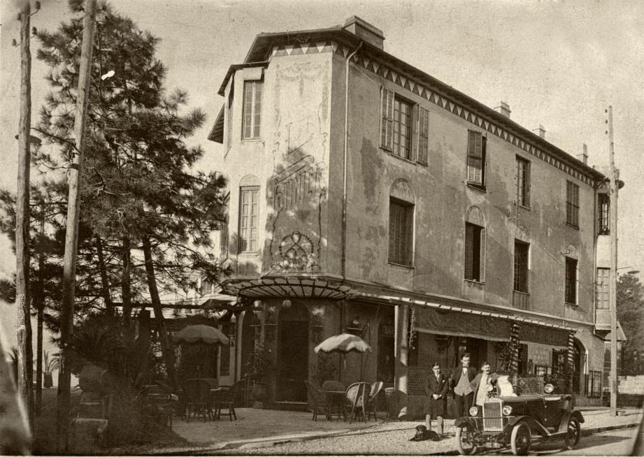 « La Potinière » en 1920 avec sa vaste terrasse ombragée disparue aujourd'hui au profit de la salle du restaurant « l'Institution ». Le bâtiment est bien reconnaissable avec ses motifs décoratifs. (Document René Pettiti)