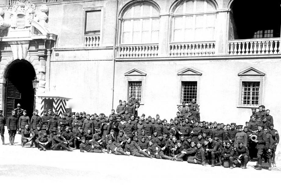 Permissionnaires américains devant le palais princier. (Collection Jean-Paul Bascoul)