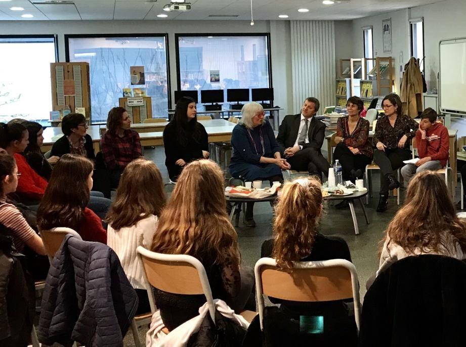 Lors des échanges avec les élèves, Susie Morgenstern, au centre, avec à droite le principal M. Bouly, et les deux professeures à l'initiative de cette rencontre littéraire.