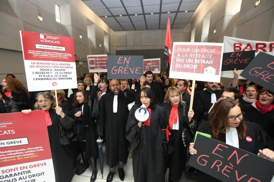 Les avocats du barreau de Nice empêchent l'ouverture du procès de la fusillade au lycée Tocqueville, le 2 mars dernier.