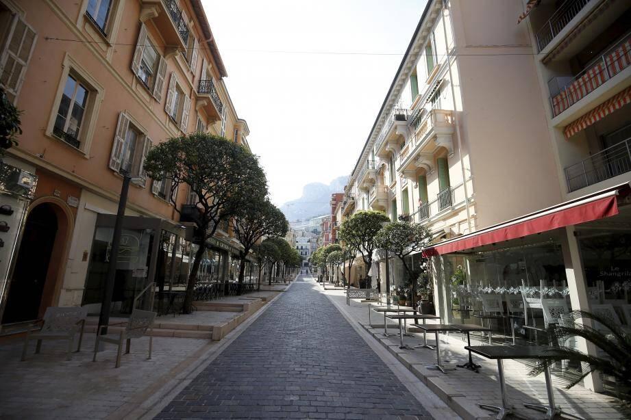 La rue Caroline désertée… une des conséquences dans la Principauté où l'économie tourne à zéro.