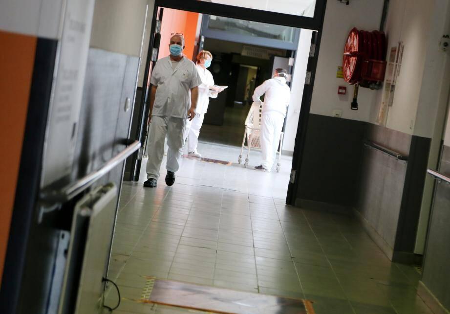 Un espace a été aménagé pour accueillir une cellule de crise composée de quatre personnels. Ils sont en charge d'adapter continuellement la capacité d'accueil de l'hôpital de Brignoles selon les malades.