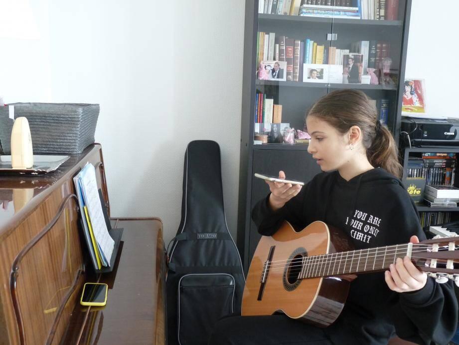 Eva a pris mercredi son premier cours de guitare à distance.