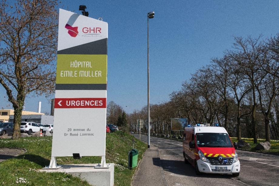 Des pompiers arrivent l'hopital de Mulhouse le 19 mars 2020