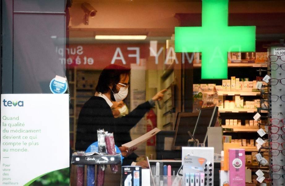 Un pharmacien équipé d'un masque de protection, le 21 mars 2020 à Paris