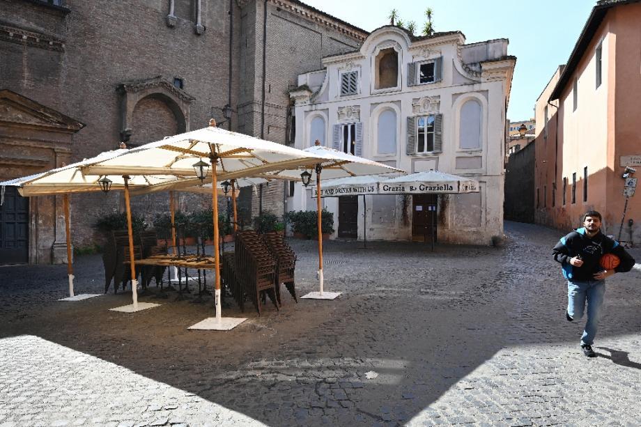 Un restaurant vide sur la place Sant'Egidio à Rome le 10 mars 2020