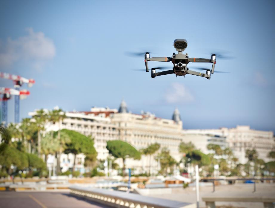 Ce drone émet des messages sonores pour alerter les gens.
