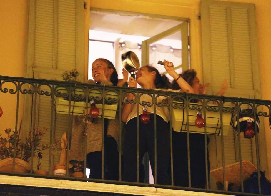 Clapping dans les rues de Nice en soutien au personnel médical, à 20h précise, rue Cassini.