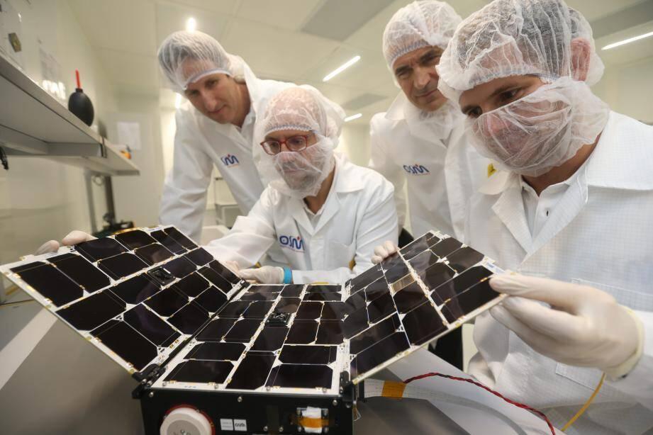 Lorsque le nanosatellite sera mis en orbite, à une altitude de 540 kilomètres, il fera le tour de la Terre toutes les 90 minutes à une vitesse d'environ 25000 km/h.