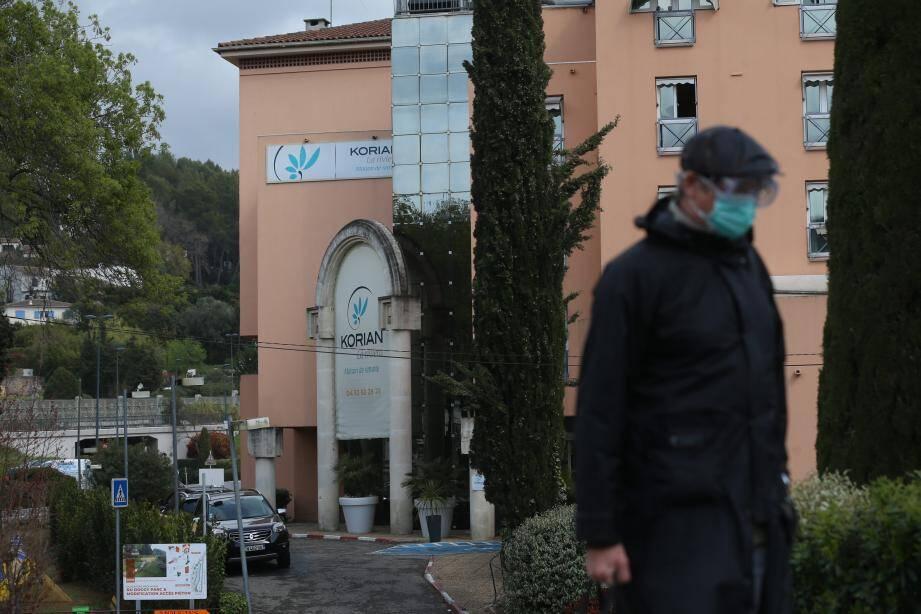Ce lundi après-midi, un corbillard est venu se stationner devant l'établissement. Il venait chercher l'un des douze patients décédés. Certains se sont éteints dans les centres hospitaliers de Cannes et Grasse.