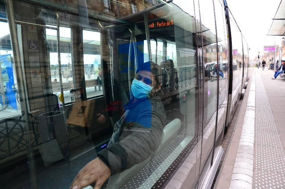 Un homme porte un masque pour se protéger du coronavirus, dans un tramway à Bordeaux le 19 mars 2020