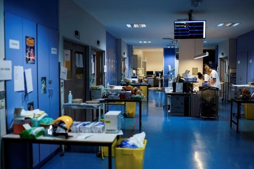 Des personnels médicaux travaillent à l'unité des patients infectés par le coronavirus COVID-19 à l'hôpital Erasme de Bruxelles le 27 mars 2020.
