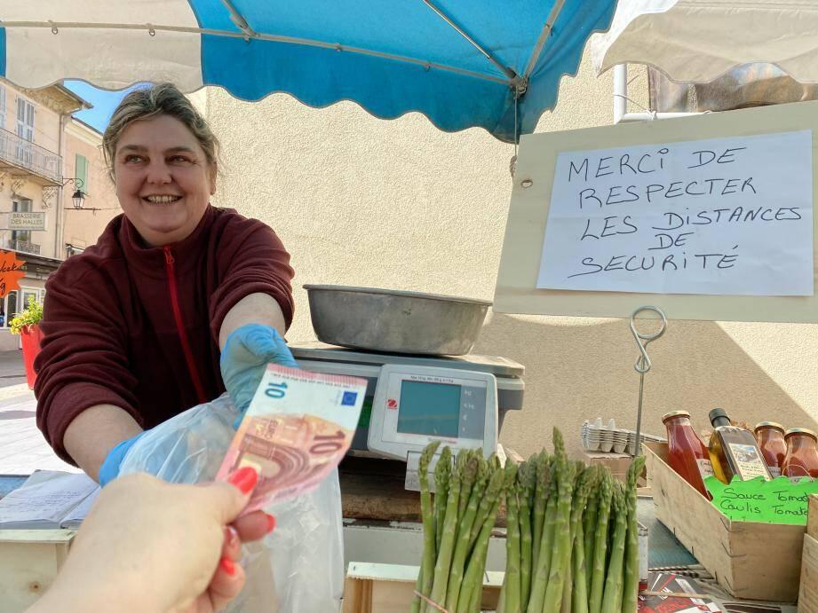 Derrière son étalage de fruits et légumes, Sophie Gioanni garde quand même le sourire, malgré la baisse de fréquentation.