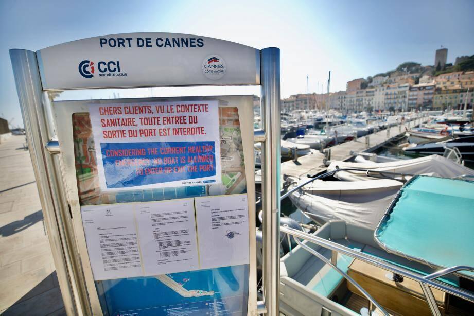 A Cannes, seuls les pointus des pêcheurs professionnels de la prud'homie et trois navettes maritimes quotidiennes pour les îles de Lérins sont autorisées à sortir du port et sillonner le long du rivage.