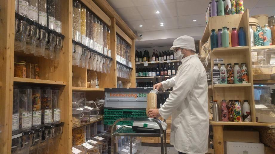 L'épicier prépare chaque commande -ensachage et mise en bocal- dans les règles sanitaires strictes.