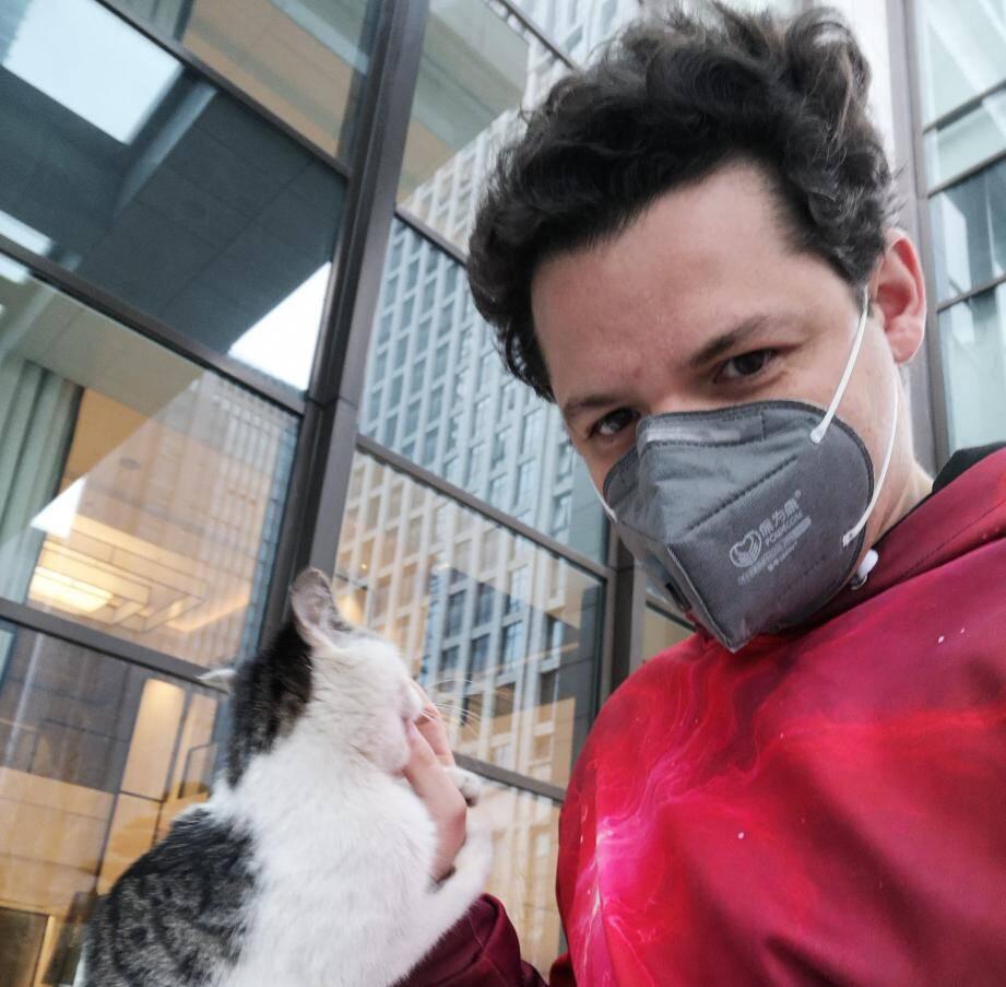 Gaël Caron s'est fait au moins un ami sur place : le chat Mimi.