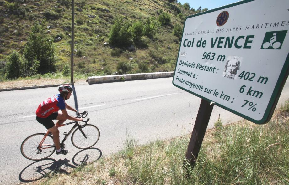 L'ascension du col de Vence en vélo, un spot très prisé sur la Côte d'Azur.