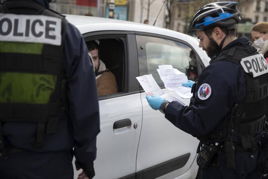 Contrôle des autorisations de déplacement à Paris.